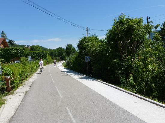 Lake Annecy Tourist Office: Bike path mid-way down the west side