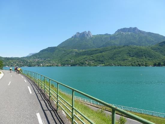 Lake Annecy Tourist Office: Lake view along bike path