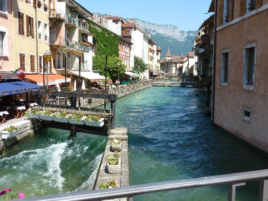 Office de Tourisme du Lac d'Annecy : River from the lake - in town