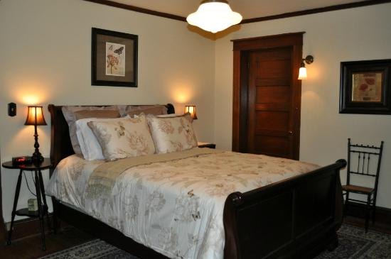 Park Place Bed and Breakfast: Mantel Room Queen
