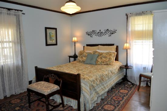 Park Place Bed and Breakfast: Garden Room Queen Bed
