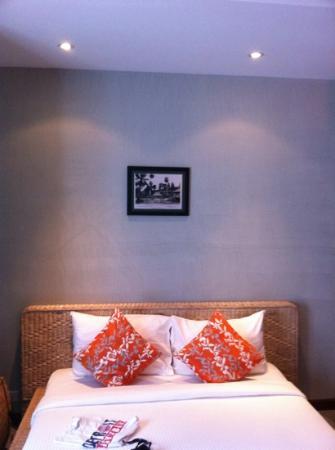 Frangipani Villa-60s Hotel: bed