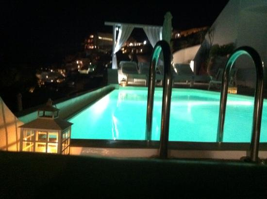 Kima Villa: Swimmingpool nightview