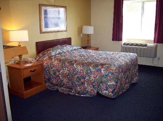 Super 8 Mt. Pleasant: Bed in single accessible room