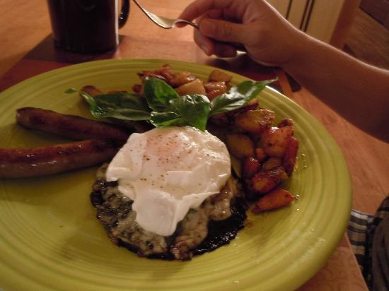 Cedar House on Sound B&B: portobello mushroom marinaded with cheese and a poached egg with sausages..yum!!!