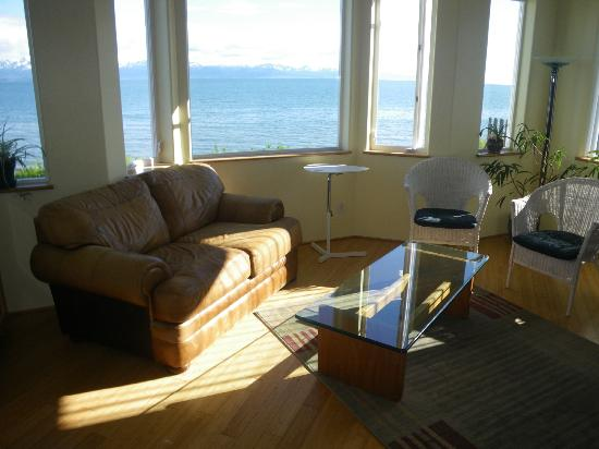 Driftwood Inn & Homer Seaside Lodges: This is the living room, with gorgeous views