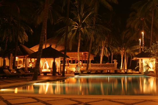 Spa Village Resort Tembok Bali: Pool at night