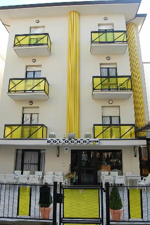 Hotel Bologna: Вид с улицы