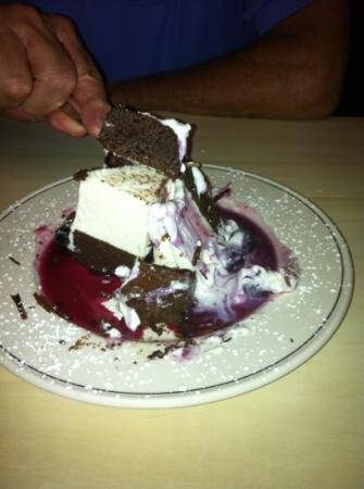 Laughing Ladies Restaurant: chocolate cake with blueberries...!