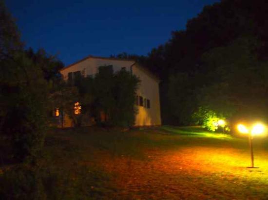 Agriturismo La Serra: Haus Casina am Abend