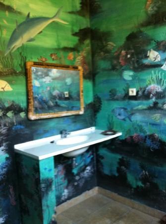 Hotel Bulan Baru : painted bathroom