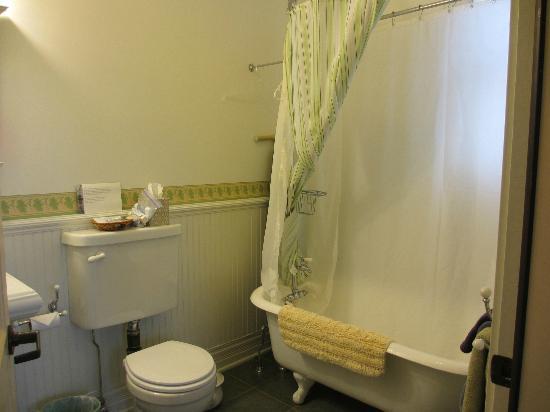 Alaska's Capital Inn Bed and Breakfast : bath