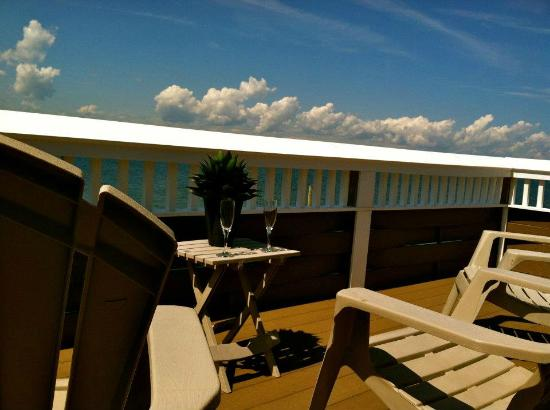The Palms Hotel Fire Island: 6-person Balcony Suite at The Palms Bay East