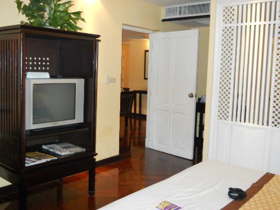 The Grand Luang Prabang Hotel & Resort: Door between bedroom and living room