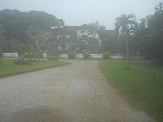 โรงแรม เดอะ แกรนด์ หลวงพระบาง: The property as seen from the entrance road