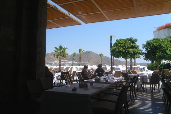 Xanadu Island : Relaxing respite from the sun with lunch in the shade