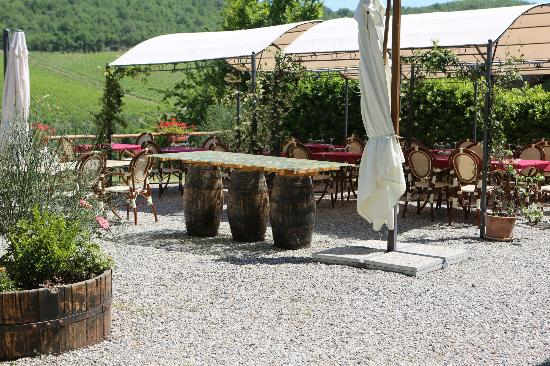 Ristorante Podere Le Vigne: Outdoor seating area