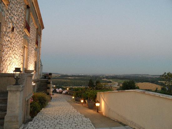 Domaine de la Corniche: Dusk over the terrace