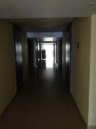Dreams Huatulco Resort & Spa: Dark hallways