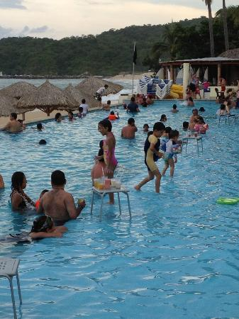 Dreams Huatulco Resort & Spa: Way too many people in pool!