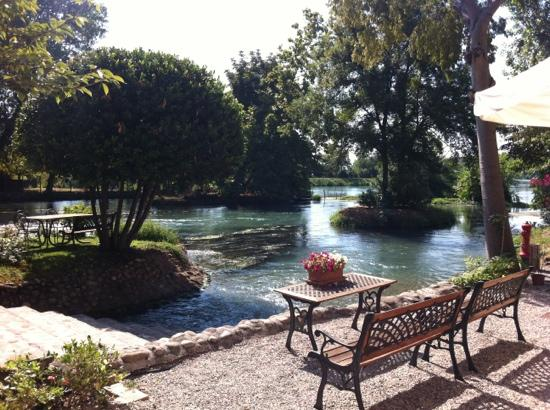 AgriRelais Villa Dei Mulini: breakfast at the riverside Mincio