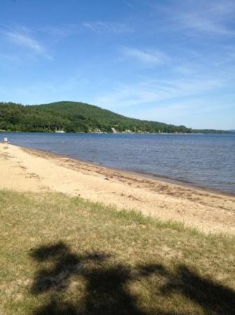 Ellacoya State Park: Shallow beach on the lake
