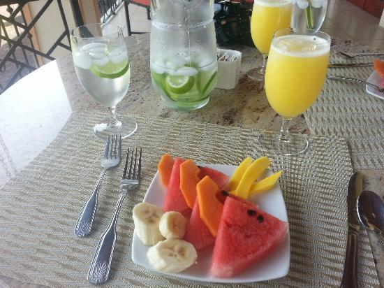 Ringle Resort Hotel & Spa: Fruit and fresh mango juice before breakfast was served