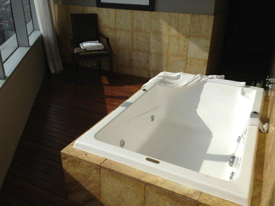 Hilton Mexico City Reforma : Amazing Jacuzzi with View in bathroom Suite 2401