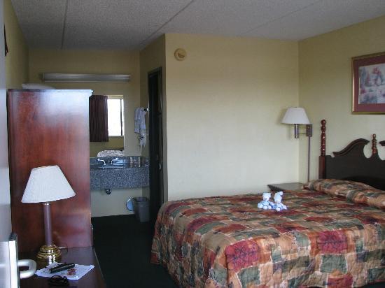 Econo Lodge South: Intérieur de notre chambre.