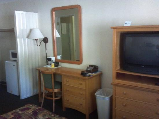Rodeway Inn & Suites: Desk and TV area