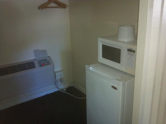 Rodeway Inn & Suites: Mini fridge and microwave