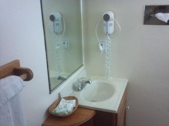 Rodeway Inn & Suites: Small bathroom sink