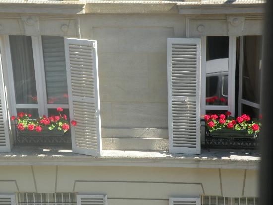 Plaza Tour Eiffel: view outside the hotel window