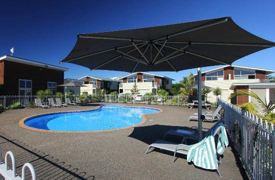 Oceans Resort Whitianga: Lounge by the outdoor heated swimming pool