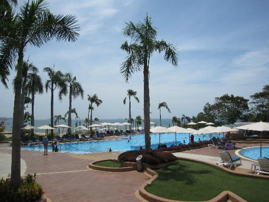 Royal Cliff Beach Hotel : Pool area by the hotel