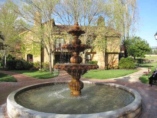 Vintners Inn: Center courtyard fountain.