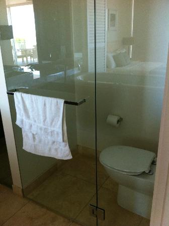 Plantation Resort at Rainbow: Toilet in its own glass room