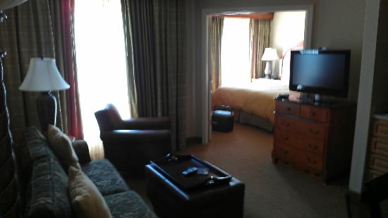 Homewood Suites by Hilton Atlanta - Cumberland / Galleria: Den looking into bedroom
