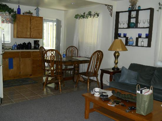 Stonegate Villas: Kitchen/Dining/Living Room Area in Cottage