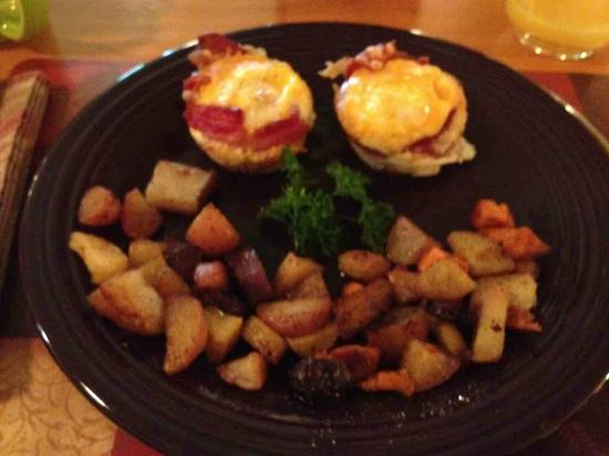 Cedar House on Sound B&B: Egg and Bacon Tarts for breakfast at Cedar House on Sound