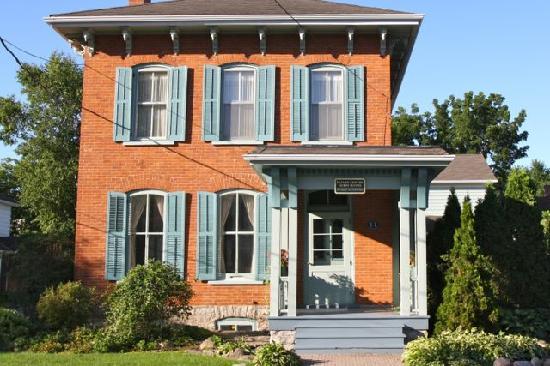 Eleven Centre Guest Suites: getlstd_property_photo