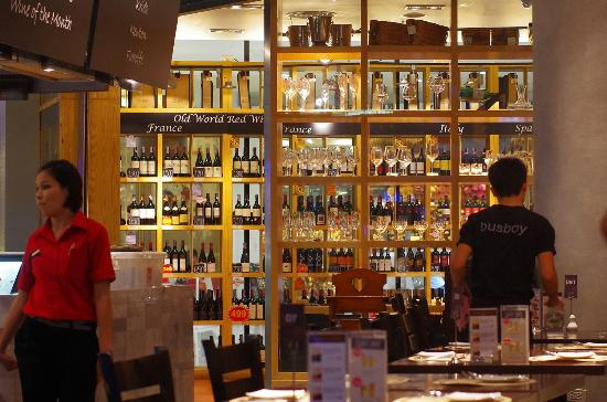 Wine Connection Deli & Bistro: Винная стойка