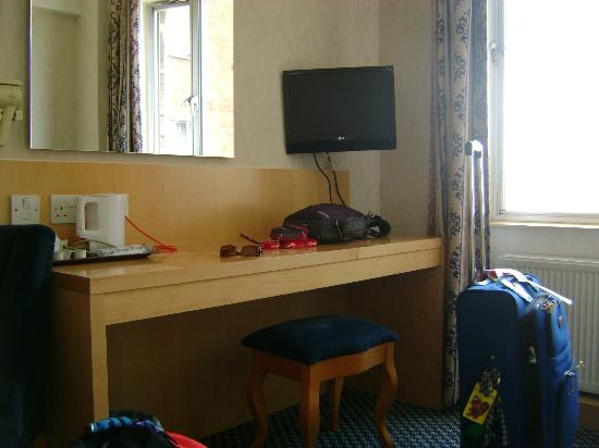 Imperial Hotel: bureau avec t.v