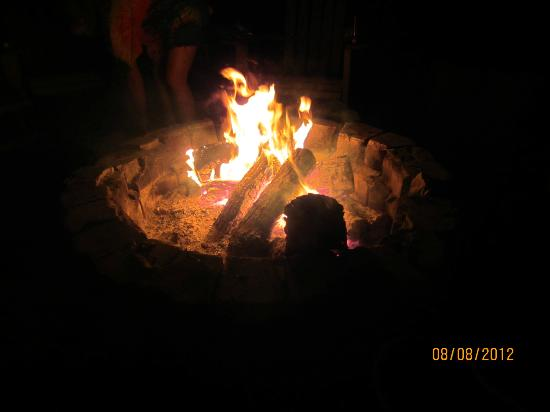 Birchcliff Resort : Nightly campfire