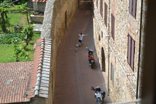Fabio Apartments San Gimignano: Loud with birds in the morning