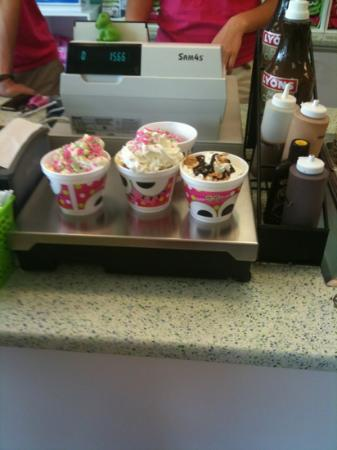 Sweet Frog Yogurt Cafe: Time to pay... Yum!!