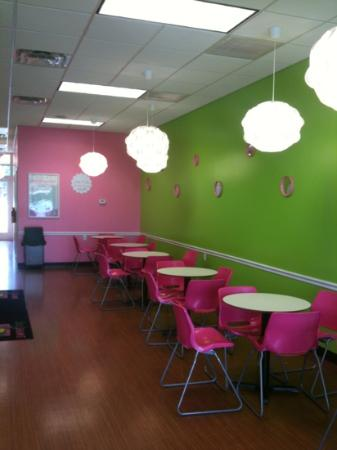 Sweet Frog Yogurt Cafe: Inside seating.