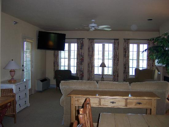 Stone Harbor Resort: View to living room overlooking water