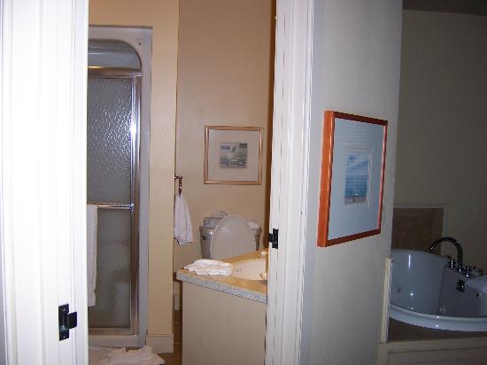 Stone Harbor Resort: Bathroom peek