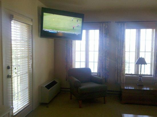 Stone Harbor Resort: BIG screen TV in living room near door to balcony